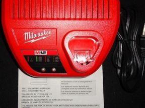 Зарядное устройство Milwaukee M12